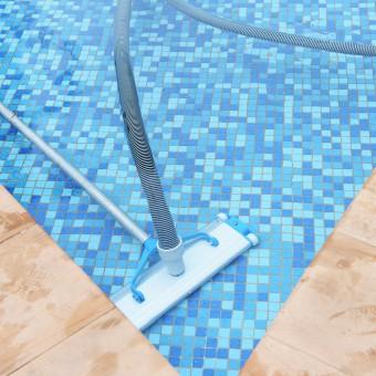 limpiafondos para la piscina pared