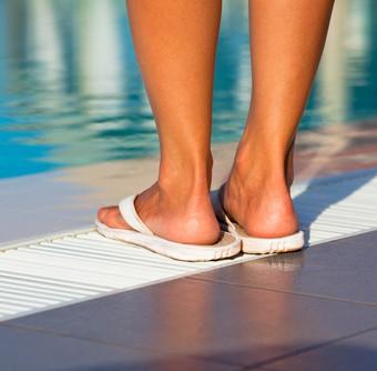 C mo evito contagiarme de hongos en la piscina for Piscina hongos genitales