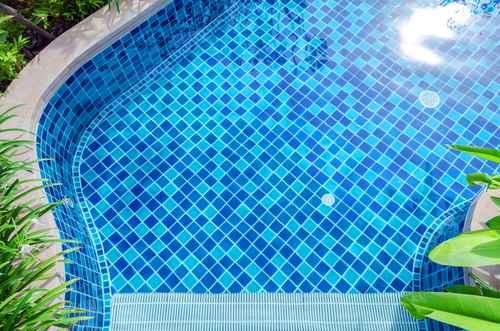 Materiales de revestimiento de la piscina for Cuanto cuesta una piscina de cemento