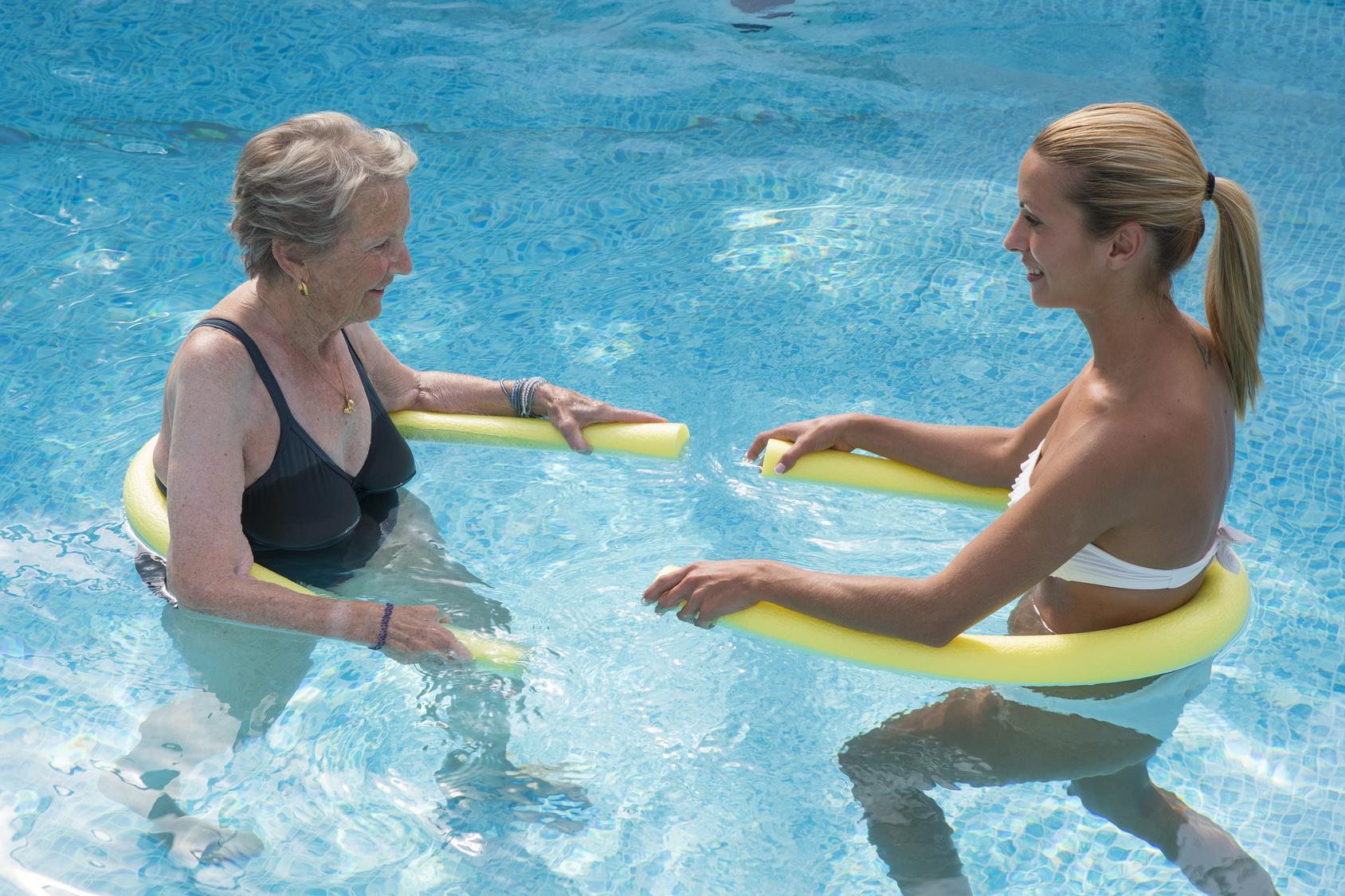 Valverde premia a los participantes de los cursos de las piscinas de La Caleta