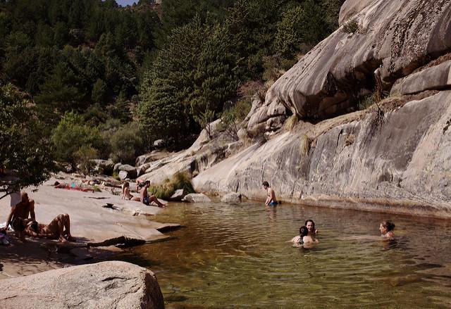 Disfruta de las piscinas naturales m s sorprendentes de madrid for Piscinas naturales juan adalid
