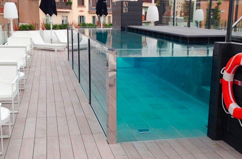construcción de piscinas con muros de cristal