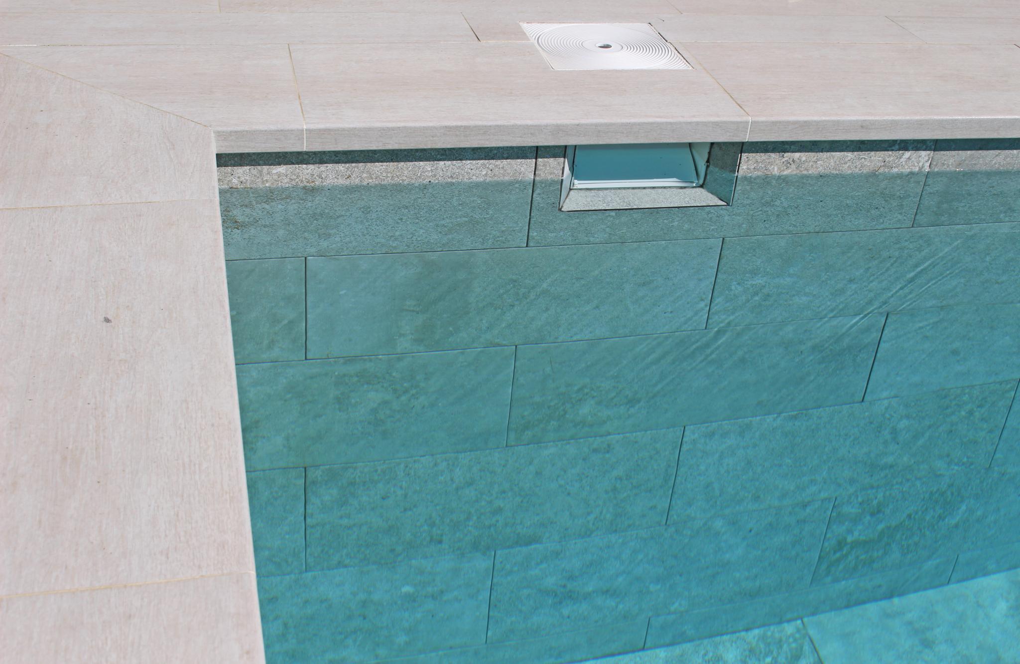 Materiales de revestimiento de la piscina for Colocar gresite piscina