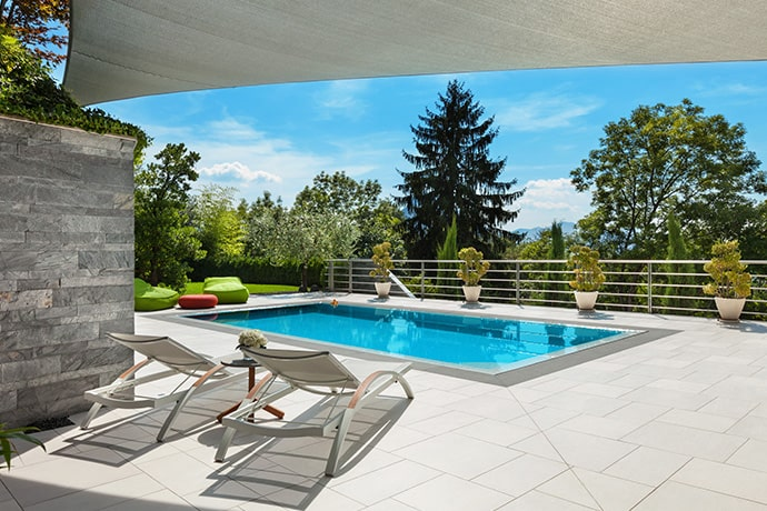 El solárium en una piscina