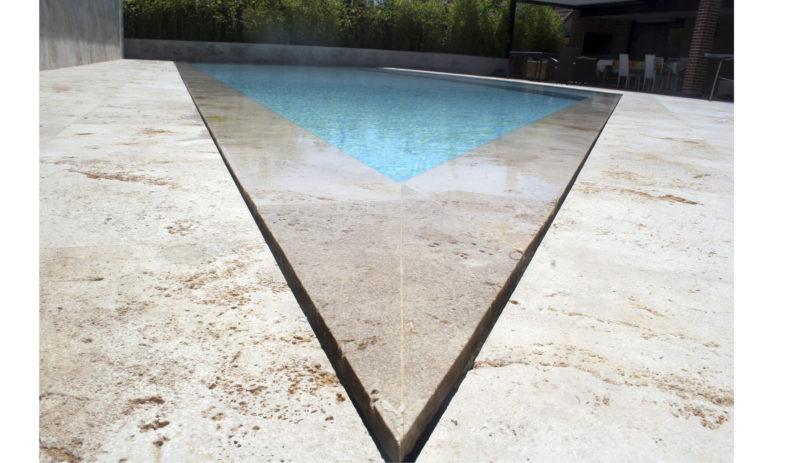 construcción de piscina estilo rebosadera