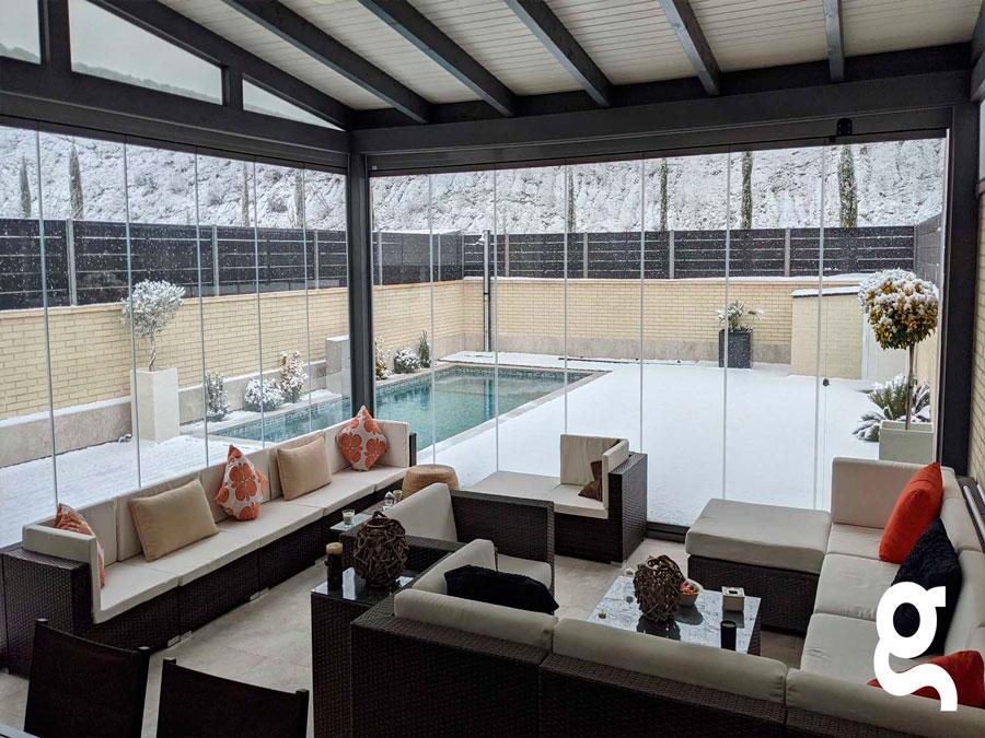 Piscina porche cubierto nevada