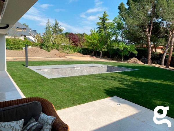 Vista general de jardín y piscina antes de llenar.