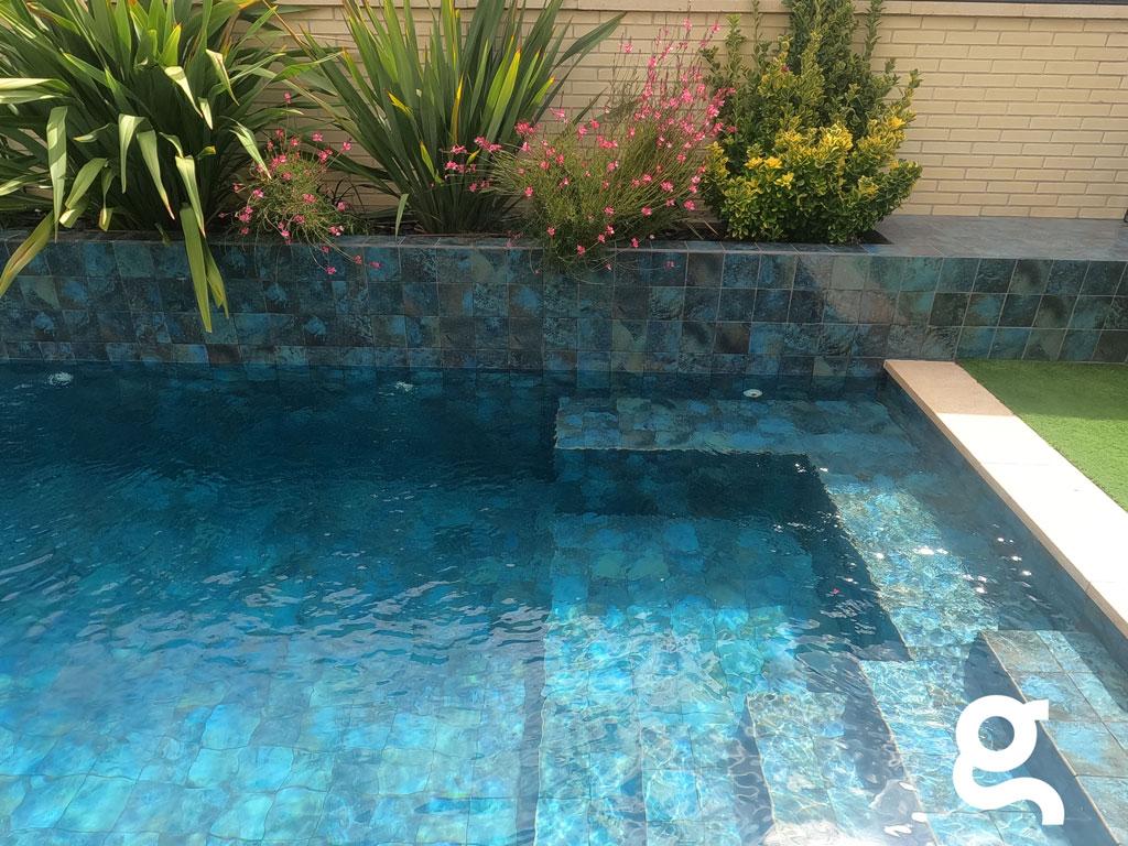 Escalera y banco piscina